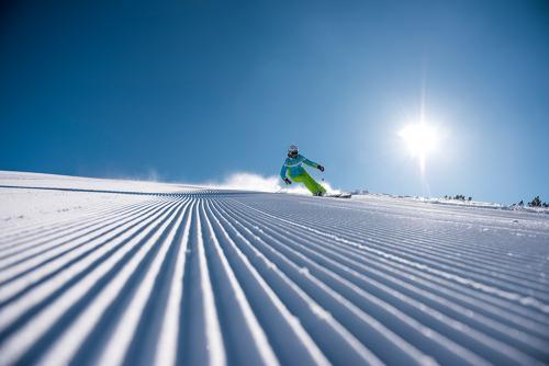 g-aktivurlaub-abfahrt-schi-ski-urlaub-schifahren-wedeln-traumwetter