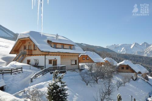 g-hutten-vorderstoder-almresort-schnee-wanderung-senioren-berge