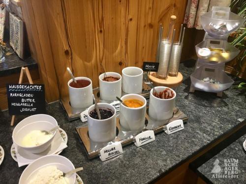 g-kulinarik-fruehstueck-semmerl-eierspeise-hausgemachte-marmeladen-butter