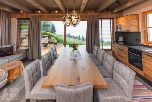 g-panorama-chalet-einrichtung-luxus-million-dollar-blick-kueche-wohnzimmer-familienurlaub-oberoesterreich