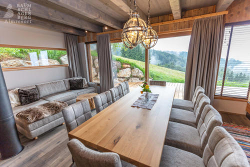 g-panorama-chalet-wohnzimmer-esstisch-essen-tafel-jausnen-familie-alleine-zusammen-urlaub-stille-ruhe