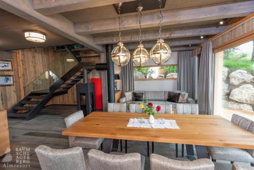 g-panorama-chalet-wohnzimmer-familie-aufenthaltsraum-zusammen-spielen-gesellschaftsspiele-berge