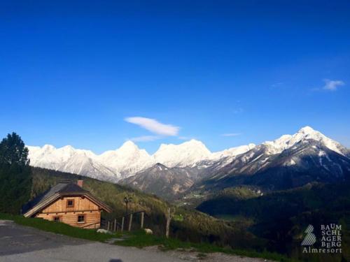 g-panorama-hutte-berge-winter-ferien-blauer-himmel-ruhe-entspannung
